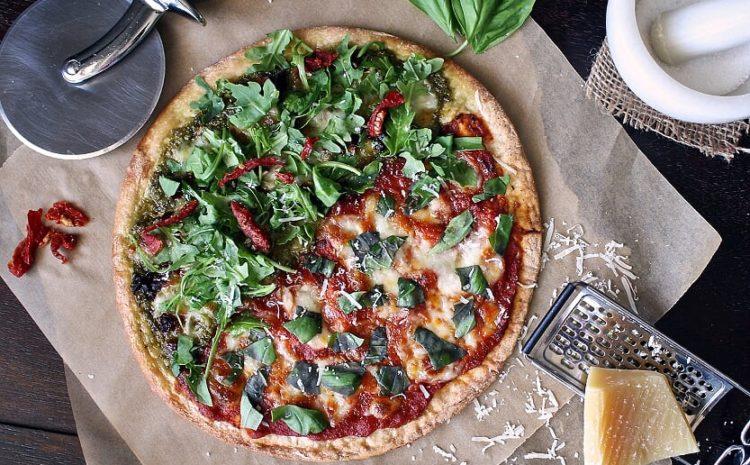 Pizza basilic roquette et tomates séchées