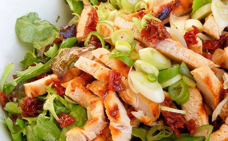 Salade de poulet grillé et tomates séchées